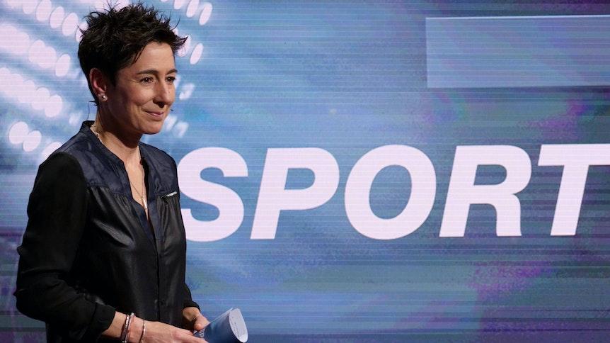 Moderatorin Dunja Hayali, mit Moderationskarten in der Hand, in der Sendung das aktuelle sportstudio des ZDF am 14. November 2020.