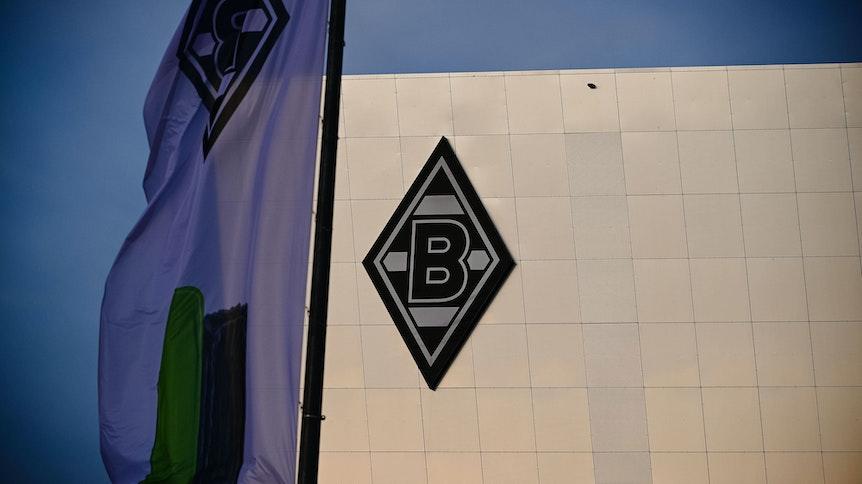 Ein Aufnahme aus dem Gladbacher Borussia-Park vom 24. November 2020. Zu sehen ist die Fassade des Hotels der Borussia (8 Grad) und eine Fahne im neuen Logo des VfL.