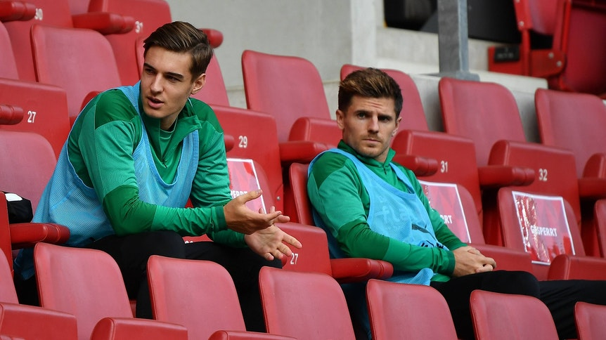 Gladbachs Florian Neuhaus und Teamkollge Jonas Hofmann sitzen bim Auswärtsspiel in Mainz am 24. Oktober 2020 auf der Tribüne.