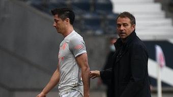 Enttäuschte Miene bei Torjäger Robert Lewandowski (links neben Coach Hansi Flick) nach der 1:2-Pleite des FC Bayern gegen Eintracht Frankfurt.