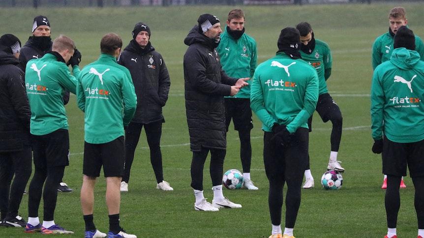 Ein Teil des Gladbacher Kaders, in der Mitte Trainer Marco Rose, beim Training am 05. Januar 2021.