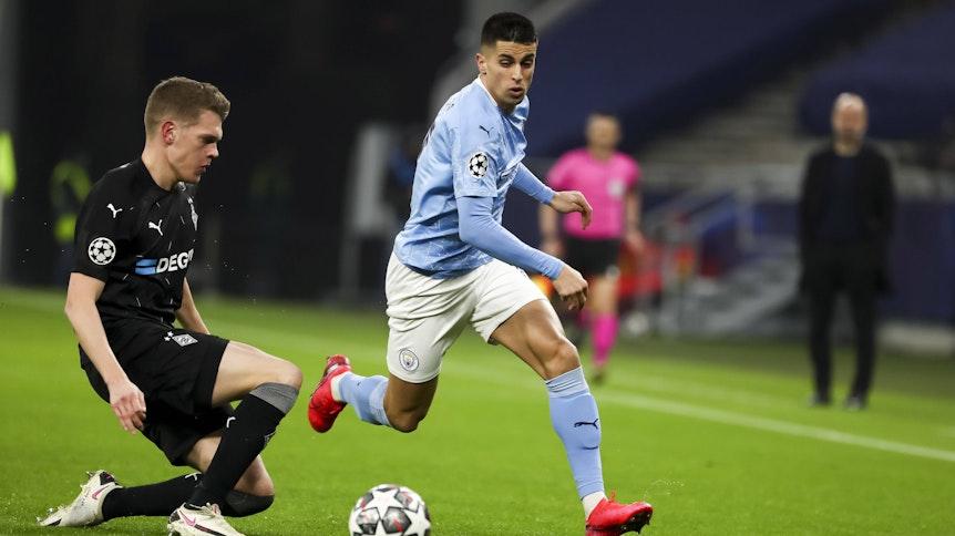 Gladbach Verteidiger Matthias Ginter (l.) im Duell mit Joao Cancelo (r.) von Manchester City.