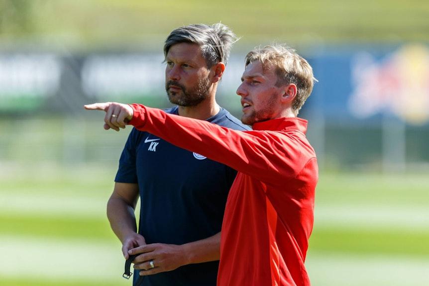 Athletiktrainer Kai Kraft (l.) und Emil Forsberg im Gespräch.