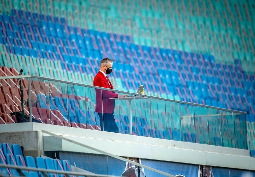 Allein auf weiter Flur: RB-Stadionsprecher Tim Thoelke in der Red-Bull-Arena.