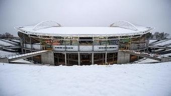Die eingeschneite Red-Bull-Arena, Heimstätte von RB Leipzig.