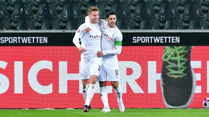 Gladbach-Verteidiger Nico Elvedi, hier zu sehen beim Torjubel mit Fohlen-Kapitän Lars Stindl am 22. Januar 2021, hat seinen Vertrag bei Borussia bis 2024 verlängert. Elvedi nimmt Stindl in den Arm.