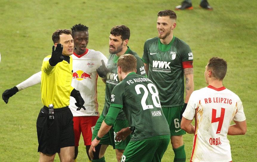 Tumult im Strafraum: Felix Zwayer bei der Partie zwischen RB Leipzig und Augsburg.