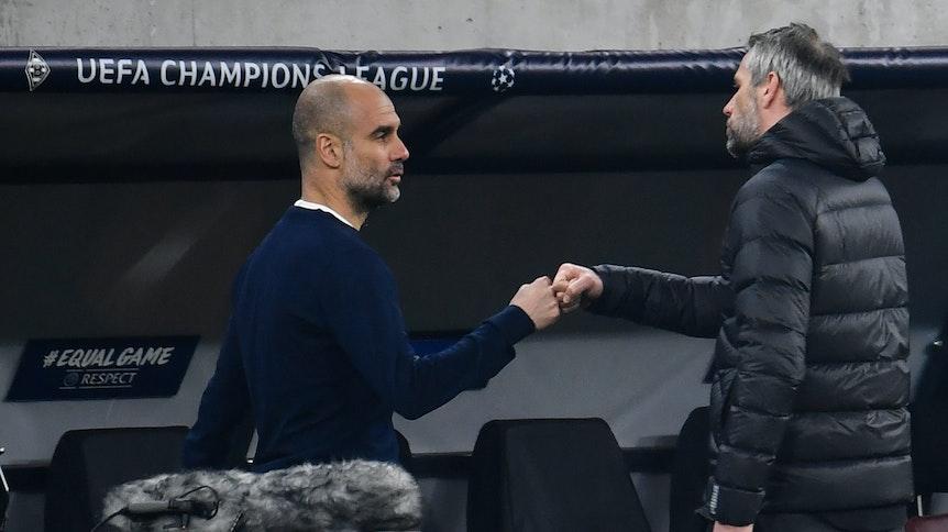 Gladbach-Trainer Marco Rose (r.) klatscht nach dem Achtelfinal-Hinspiel (24. Februar 2021) in der Champions League mit Manchester Citys Trainer Pep Guardiola (l.) ab