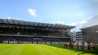 Empfang mit Banner und Trillerpfeifen 2015 bei Leipzigs erstem Gastspiel auf der Alm bei Arminia Bielefeld.