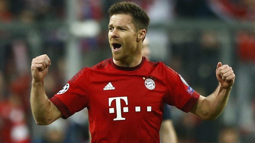 Xabi Alonso jubelt im Trikot des FC Bayern München.