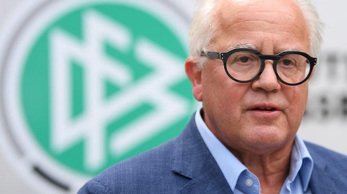 Fritz Keller vor einem DFB-Logo
