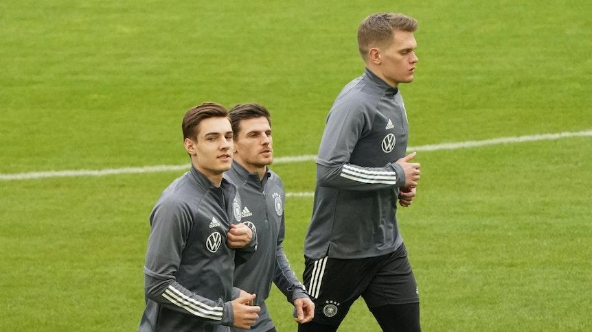 Florian Neuhaus (l.), Jonas Hofmann (M.) und Matthias Ginter (r.) beim DFB-Training am 23. März 2021 in Düsseldorf.