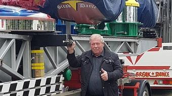 Schausteller-Chef Jürgen Seiferth vor seinen Fahrgeschäften auf der Kleinmesse.