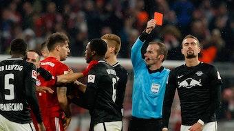 Rudelbldung und Platzverweis: Marco Fritz zeigte dem Ex-Leipziger Stefan Ilsanker 2018 gegen den FC Bayern die rote Karte.