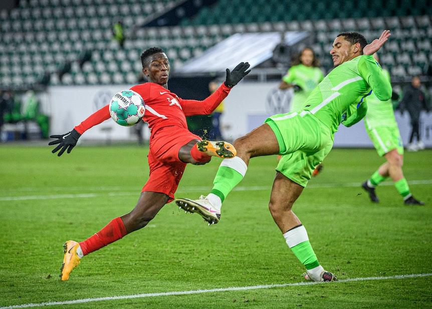 Leipzigs Amadou Haidara (l.) im Duell mit Wolfsburgs Maxence Lacroix.