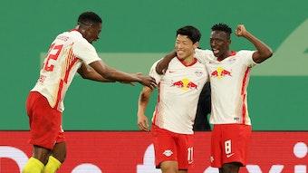 Hee-Chan Hwang wird nach seinem Treffer von Nordi Mukiele (l.) und Amadou Haidara (r.) geherzt.