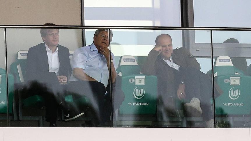 Rudi Wojtowicz (Mitte) schwebt nach einem Herzinfarkt in Lebensgefahr.
