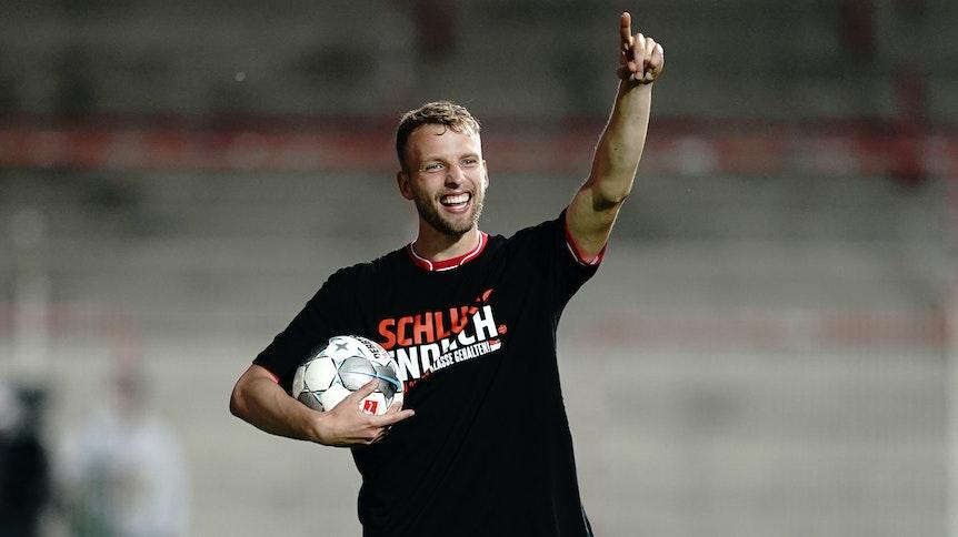1. FC Union Berlin - SC Paderborn 07, 32. Spieltag im Stadion An der Alten Försterei. Berlins Marvin Friedrich feiert nach dem Spiel.