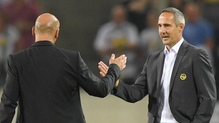 Adi Hütter (r.) klatscht am 24. August 2016, nach dem verlorenen Playoff-Duell mit Bern gegen Gladbach zur Champions League, Fohlen-Trainer André Schubert (l.) ab.