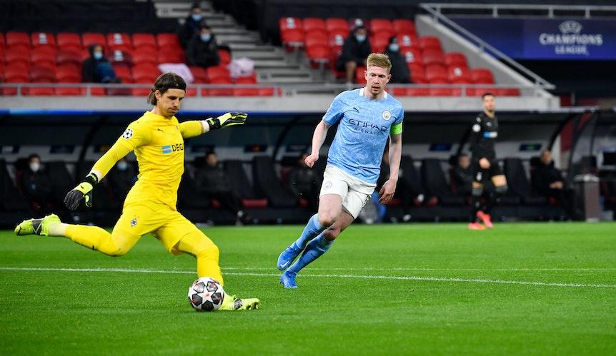 Gladbach Keeper Yann Sommer (l.) beim Champions-League-Achtelfinale gegen Manchester City am 16. März 2021 in Budapest.