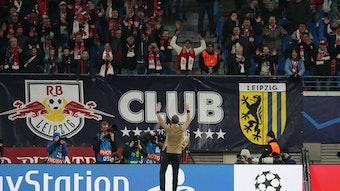 Trainer Julian Nagelsmann vor dem Fanblock von RB Leipzig.
