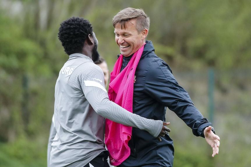 Spaß bei der Arbeit: RB Leipzigs neuer Trainer Jesse Marsch mit Salzburgs Spieler Sekou Koita.