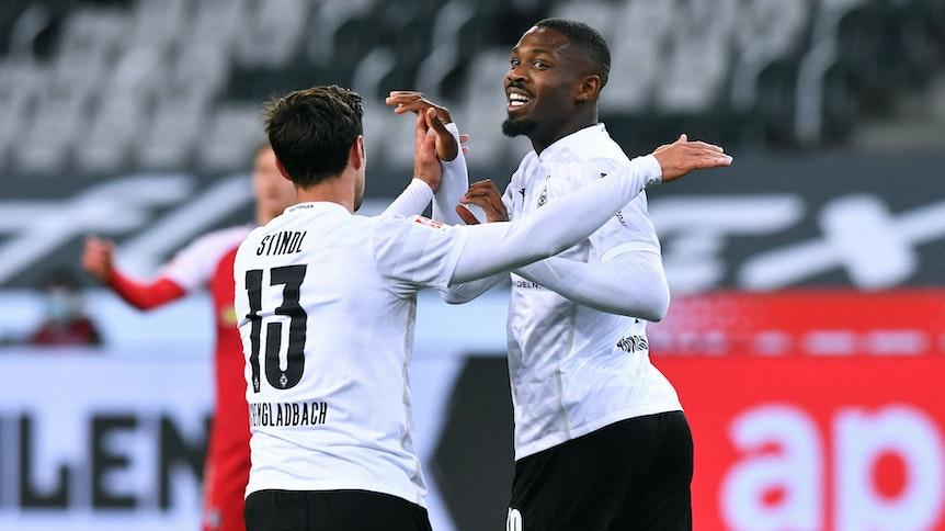 Marcus Thuram und Lars Stindl jubeln über das 1:1 von Borussia Mönchengladbach gegen den SC Freiburg.