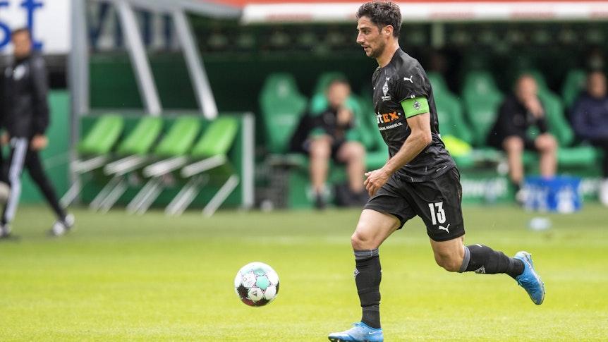 Gladbach Kapitän Lars Stindl läuft mit dem Ball am Fuß im Bundesligaspiel der Borussia gegen Werder Bremen am 22. Mai 2021.