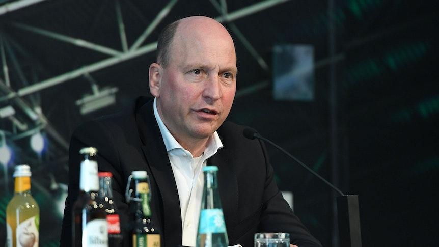 Gladbach-Geschäftsführer Stephan Schippers spricht bei einer Pressekonferenz im Borussia-Park am 17. September 2020.