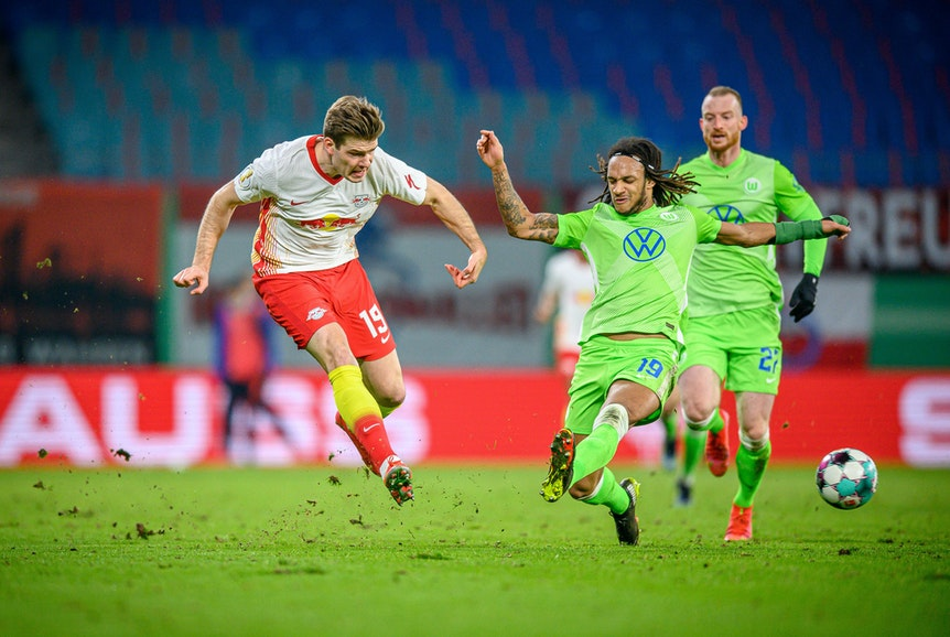 Leipzigs Alexander Sörloth (l.) gegen Wolfsburgs Kevin Mbabu.