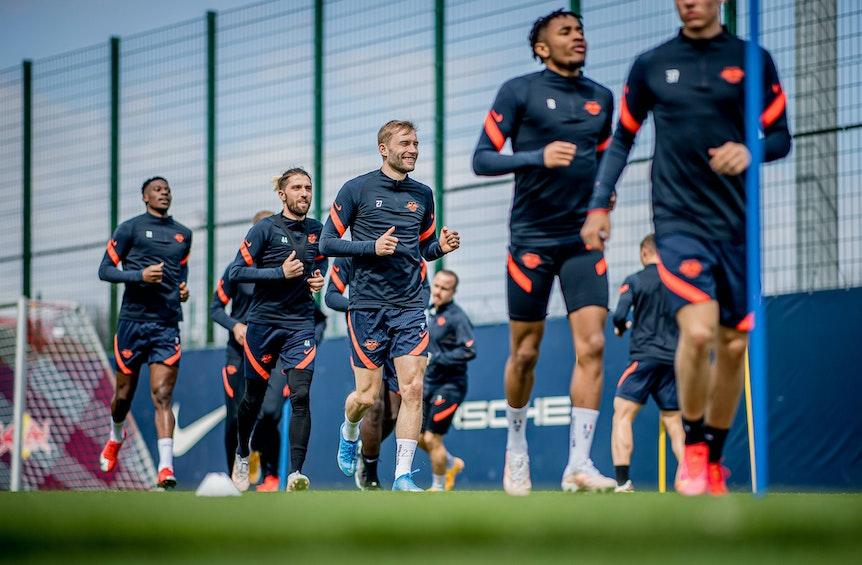 Dürfen sich ab Dienstag nur noch im Klub und zu Hause aufhalten: Profis von RB Leipzig beim Training am Cottaweg.