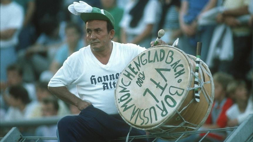 """Gladbach-Trommler """"Manolo"""", hier zu sehen im April 1988, hat auf dem legendären Bökelberg Borussia-Fan-Geschichte mitgeschrieben."""