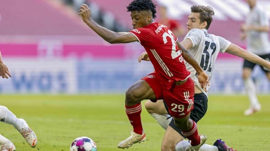 Bayerns Kingsley Coman setzt sich im Bundesliga-Duell am 8. Mai 2021 gegen Gladbachs Florian Neuhaus durch.