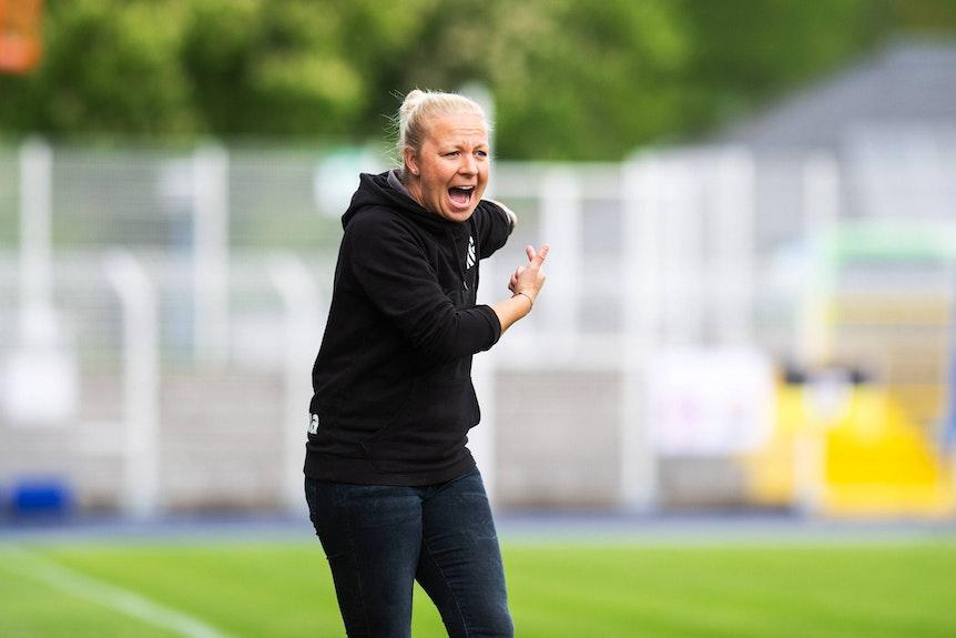 Trainerin Katja Greulich engagiert an der Seitenlinie