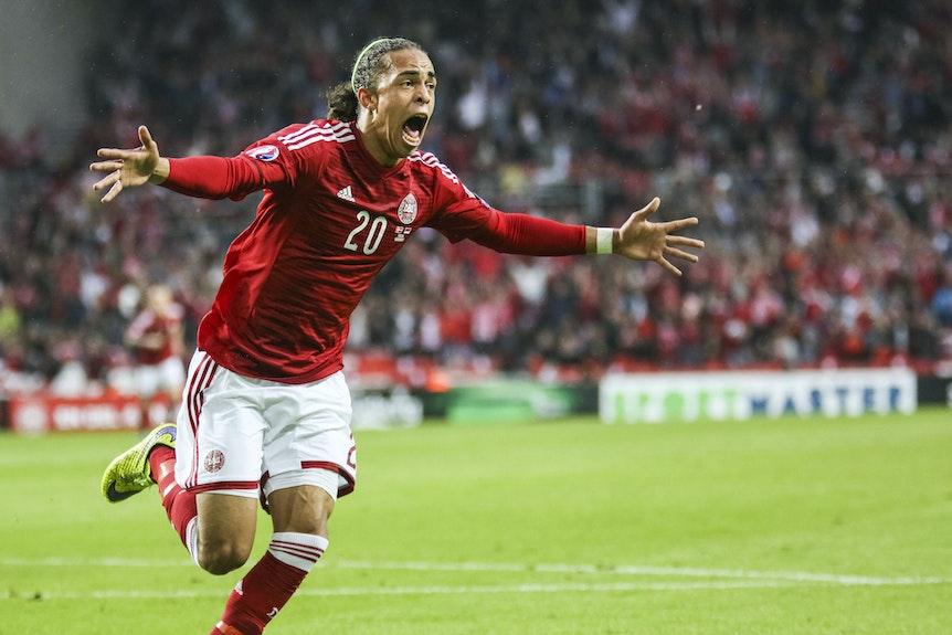 Erstes Tor für die dänische Nationalmannschaft im Parken: Yussuf Poulsen 2015 beim 2:0 gegen Serbien.
