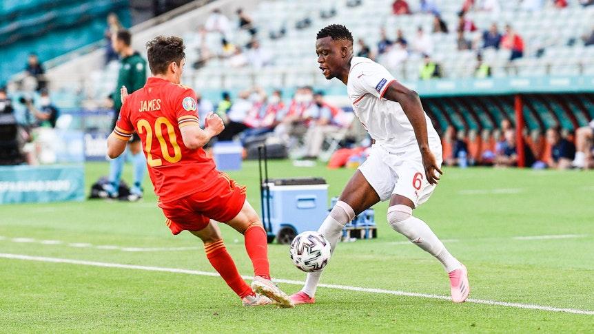 Gladbachs Mittelfeldspieler Denis Zakaria, (r.) hier im Zweikampf mit dem Waliser Daniel James beim EM-Gruppenspiel der Schweiz gegen Wales am 12. Juni 2021 in Baku, fordert für die nächste Partie seines Teams mehr Mut.