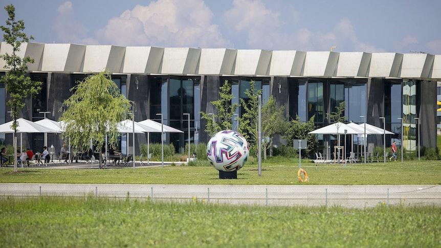 Während der Europameisterschaft sind Deutschlands Nationalspieler in Herzogenaurach untergebracht. Dort bewohnen Matthias Ginter und Co. bunt durchgemischte Bungalows, um den Teamspirit zu stärken.