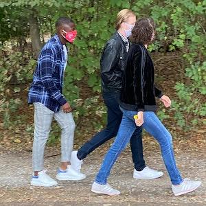 Streli Mamba trägt am Geißbockheim eine Maske des 1. FC Köln.