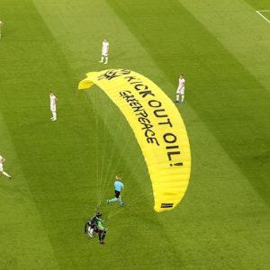Ein Greenpeace-Aktivist landet beim Deutschland-Spiel mitten auf dem Rasen.