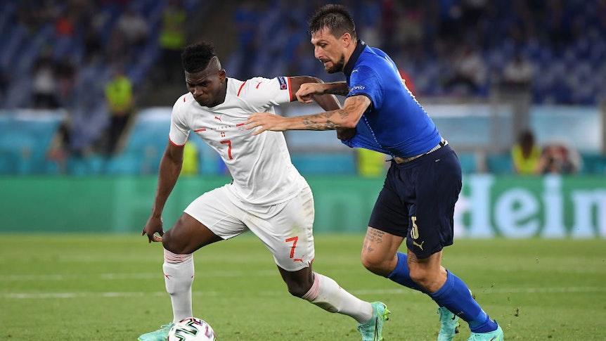 Gladbach-Stürmer Breel Embolo bestreitet im Trikot der Schweizer Nationalmannschaft am 16. Juni 2021 beim EM-Duell gegen Italien in Rom einen Zweikampf mit Francesco Acerbi.