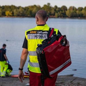 Erneut ist es am Rotter See zu einem tödlichen Badeunglück gekommen (Symbolfoto von einem Rettungseinsatz an einem See).