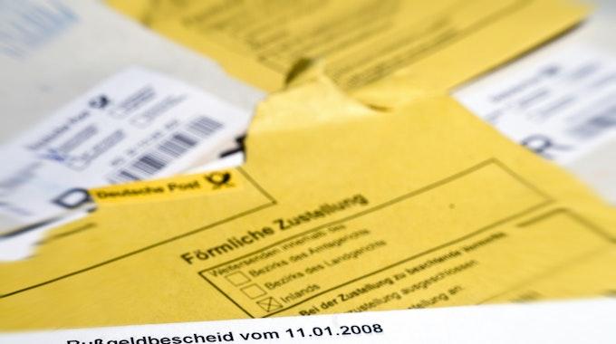 Ein Bußgeldbescheid von der Stadt wird per Post zugestellt.