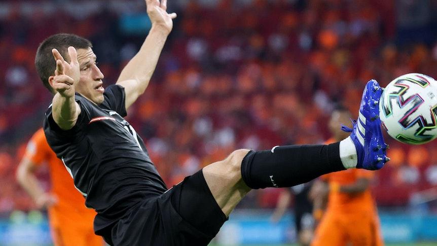 Stefan Lainer, Verteidiger von Borussia Mönchengladbach, geht im EM-Duell mit Österreich gegen die Niederlande mit vollem Einsatz zum Ball.