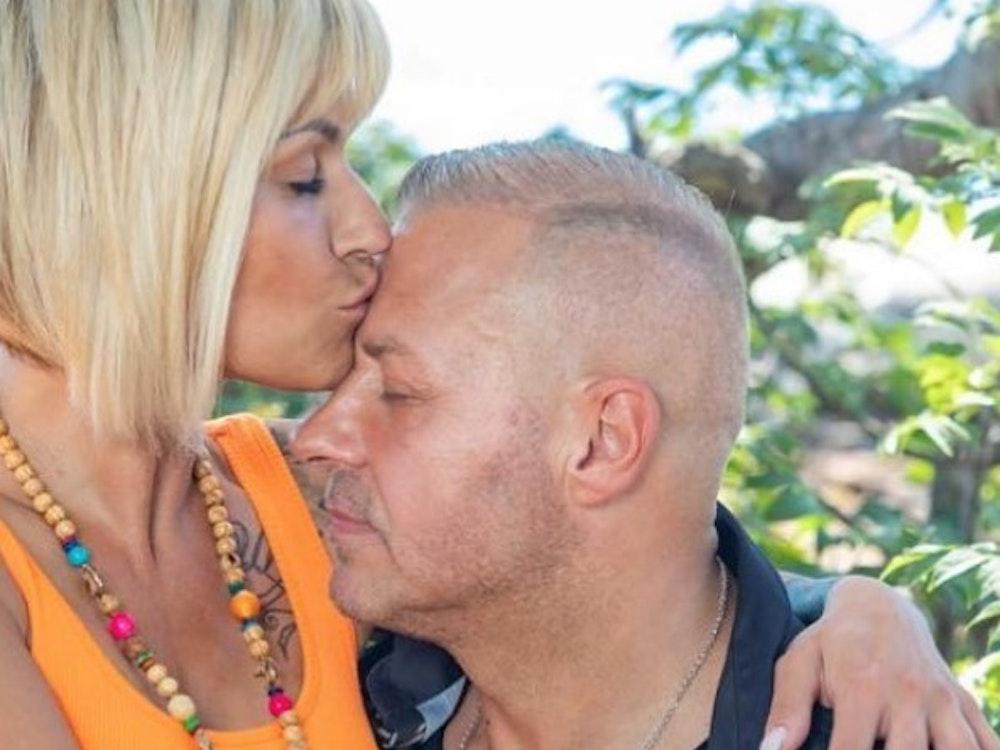 Jasmin Herren küsst ihrem Ehemann Willi Herren die Stirn.