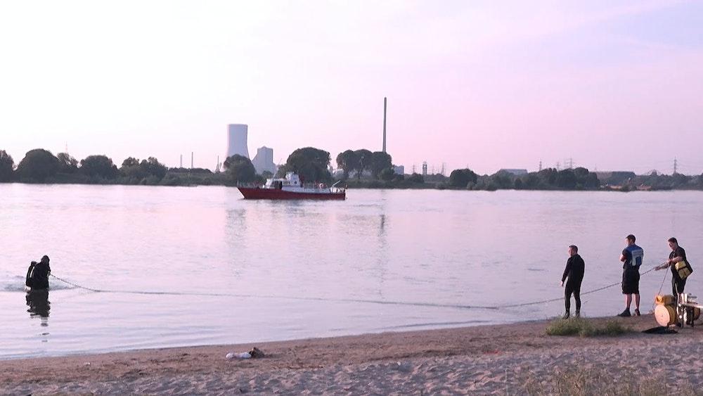 Einsatzkräfte suchen den Rhein bei Duisburg ab. Die DLRG warnt erneut vor dem Schwimmen im Rhein.