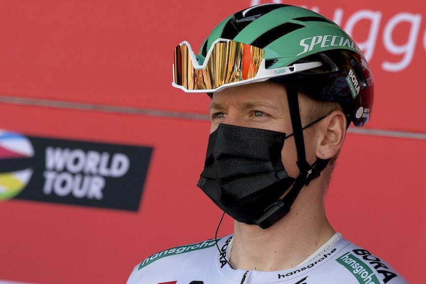 Der deutsche Top-Sprinter Pascal Ackermann vor einem Rennen mit Maske im Gesicht.