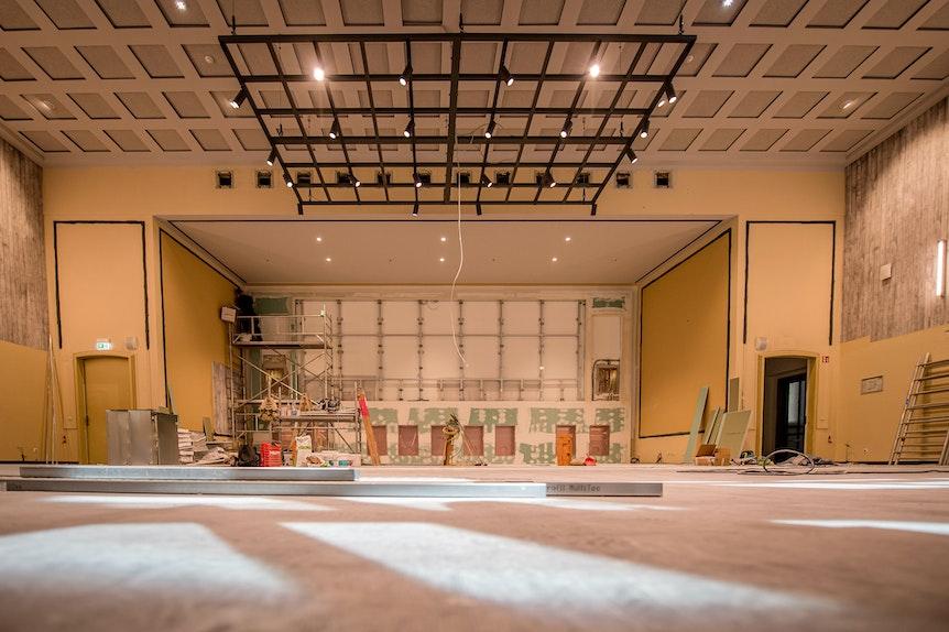 Der historische Musiksaal bekommt eine riesige Videowand.