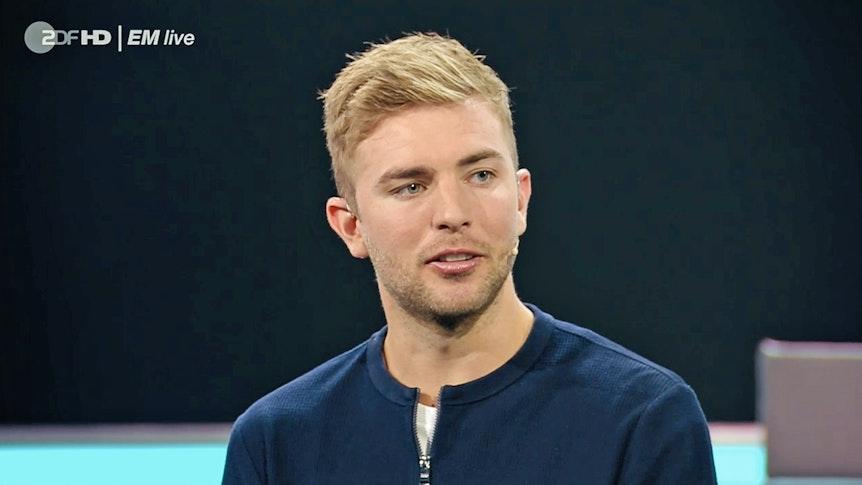 Christop Kramer blickt im ZDF in die Kamera und spricht.