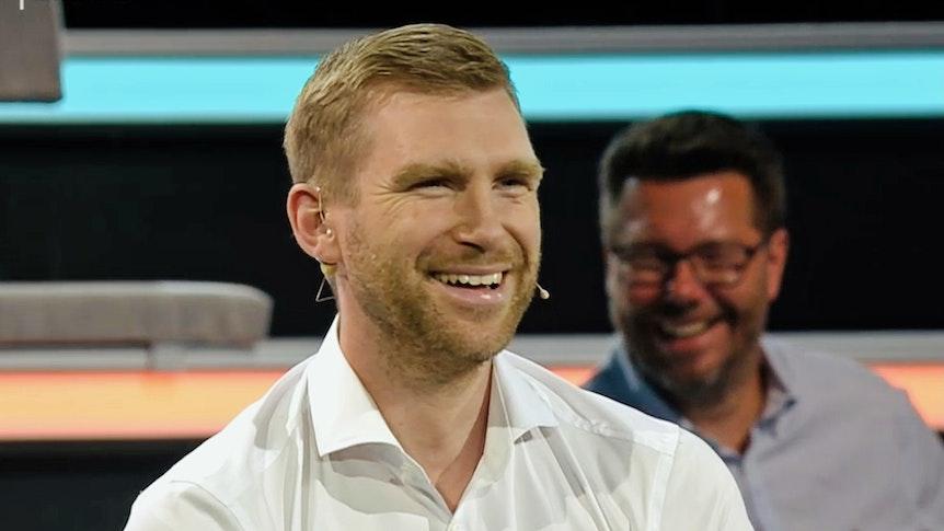 Weltmeister Per Mertesacker lacht im ZDF in die Kamera.