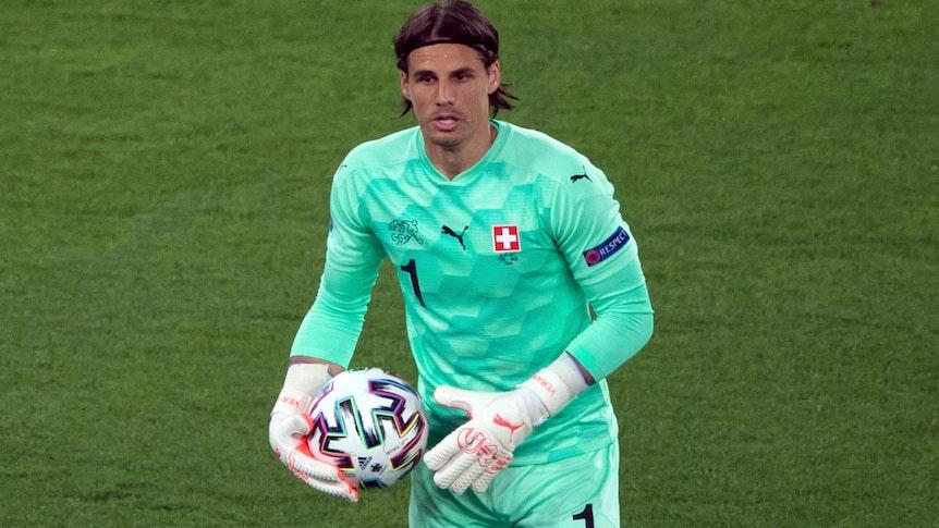 Yann Sommer, Torhüter der Schweizer Nationalmannschaft und von Borussia Mönchengladbach, hält den Ball in seiner rechten Hand fest.